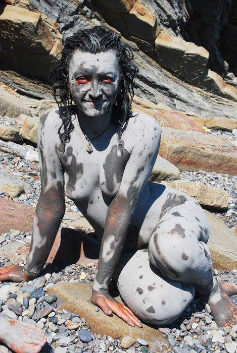 Девушка мажется глиной видео фото 272-443